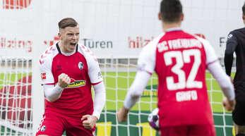 Freiburgs Ermedin Demirovic (l). jubelt nach seinem Tor zum 1:1 mit Kollege Vincenzo Grifo.