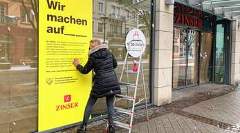 """Mit gelben und schwarzen Plakaten in den Schaufenstern beteiligt sich das Modehaus Zinser an der bundesweiten Aktion """"Wir machen auf – merksam""""."""
