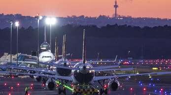 Auf den Flughäfen sollen weniger Maschinen landen.