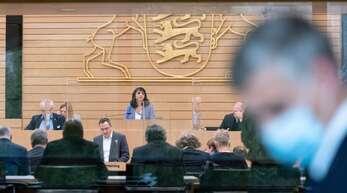 Szene aus dem Landesparlament: Landtagspräsidentin Muhterem Aras (Mitte) leitet eine Sitzung.