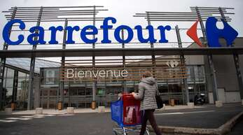 Der französische Einzelhändler Carrefour sollte von seinem kanadischen Konkurrenten Couche-Tard übernommen werden – doch daraus wird nun vorerst nichts.