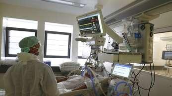 Tausende Covid-Patienten kämpfen in Krankenhäusern um ihr Leben.