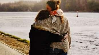 Ein Foto aus sonnigeren Tagen: Mutter und Tochter beim Spaziergang an der Nagold Foto:privat
