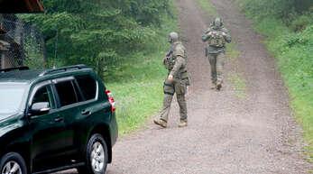 ARCHIV - 17.07.2020, Baden-Württemberg, Oppenau: Polizisten gehen bei Oppenau durch ein Waldgebiet. Am 12. Juli 2020 hatte ein Mann bei einer Kontrolle bei Oppenau Polizisten bedroht und entwaffnet und ist anschließend geflohen. Mit einem Großaufgebot wurde nach dem Flüchtigen gesucht. (zu dpa ««Waldläufer von Oppenau» laut Gutachten schuldfähig») Foto: Benedikt Spether/dpa +++ dpa-Bildfunk +++