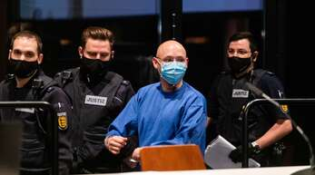 Der Angeklagte Yves R. wird von Justizbeamten in den Verhandlungssaal geführt. Nach seiner tagelangen Flucht im Juli 2020 im Schwarzwald muss sich der 31 Jahre alterMann vor Gericht verantworten.