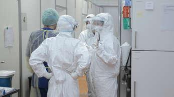 Mitarbeiter in Schutzkleidung kennzeichnen die Corona-Zeit im Klinikum Mittelbaden