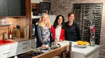 Karina Hahn (von links), Nicolina Fischer und Petra Kiesel lassen den Küchentraum wahr werden.