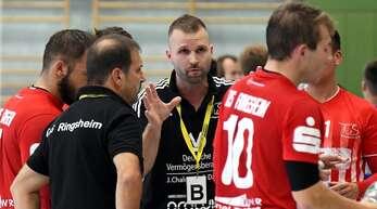 Benjamin Michel (Mitte) trainiert künftig die männliche A-Jugend der SG Scutro.
