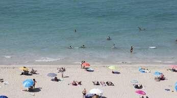 Entspannt am Strand von Palma de Mallorca: Der Reiseveranstalter Alltours will demnächst nur noch geimpfte Urlauber beherbergen – und erntet damit viel Kritik.