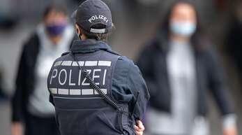 Eine Polizistin in der Stuttgarter Innenstadt: Es gebe zu wenig von ihnen in Baden-Württemberg, klagen der Bund Deutscher Kriminalbeamter und die Gewerkschaft der Polizei.