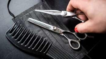 Friseure sollen ab März wieder öffnen. (Symbolfoto)