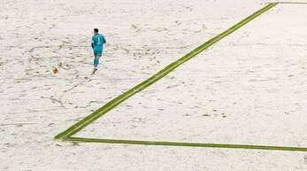 Bayern-Torwart Manuel Neuer allein auf der weißen Pracht in der Allianz-Arena.