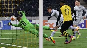 Drei Treffer waren nicht genug für Bayer: Leverkusens Patrik Schick (Mi.) erzielt gegen Berns Torwart David von Ballmoos den Treffer zum 1:3.