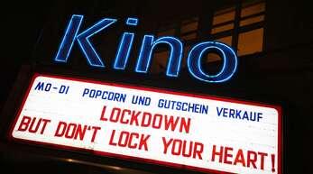 Ein Stuttgarter Kino spricht seinen Gästen, die es seit Monaten nicht empfangen darf, im Lockdown Mut zu.