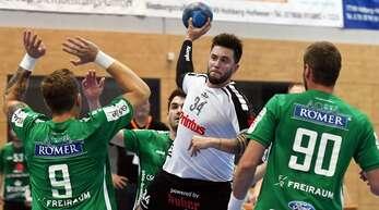 Daniel Stöcklin (Mitte), hier im Trikot des HC Hedos Elgersweier, spielt künftig wieder für den TuS Ringsheim.