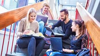 Absolvent*innen der Hochschule für öffentliche Verwaltung in Kehl haben sichere Zukunftsperspektiven. Was am Standort alles studiert werden kann, fächert der Infotag am 7. April auf.