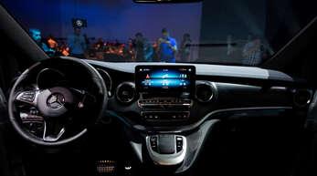 Das Cockpit des neuen elektrischen Mercedes EQ: Digitale Landschaften mit Touchscreens und mehr nehmen in rasantem Tempo Einzug in das Innere neuer Automodelle.