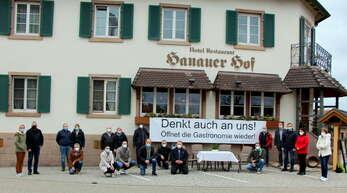 Mit einem großen Banner sowie einem symbolischen leeren Tisch mit Stühlen vor dem Hanauer Hof, zentral gelegen an der Ortenauer Straße (B3), machen die Appenweierer Wirte auf ihre prekäre Situation in Corona-Zeiten aufmerksam.