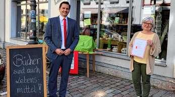 Der SPD-Bundestagsabgeordnete Johannes Fechner beglückwünschte Ulrike Limberger zum Deutschen Buchhandlungspreis.