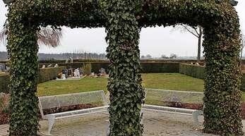 Neben dem Pavillon auf dem Friedhof in Allmannsweier sind Urnenrasengräber geplant.