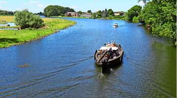 Traditionelles Holzboot auf der Dove-Elbe, einem Nebenarm des großen Stroms.