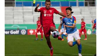 Ivo Colic (li.) im DFB-Pokalspiel des 1. FC Rielasingen-Arlen gegen Zweitligist Holstein Kiel im Duell mit Jae Sung Lee.