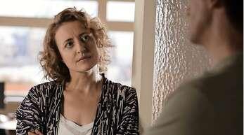 """Ausgezeichnete Schauspielkunst: Maren Eggert mit Dan Stevens in """"Ich bin dein Mensch""""."""