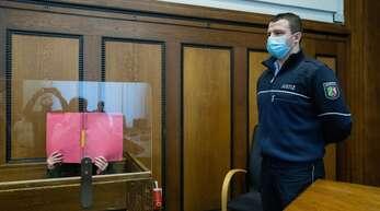 Die Verurteilte verbirgt ihr Gesicht beim Foto im Gerichtssaal.