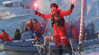 Ari Huusela hat den Hafen von Les Sables-d'Olonne am Freitagvormittag erreicht und feiert seine Ankunft nach der Weltumrundung.