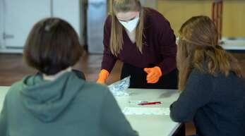 Testkit im Klassenzimmer: Ältere Schüler können sich auch selbst testen.