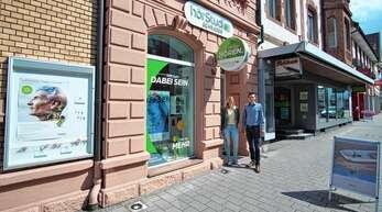 Ines Grimm und Julian Schrader begrüßen ihre Kunden im freundlichen Ladengeschäft in der Acherner Hauptstraße.