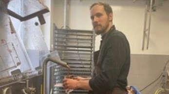 Regis Matzinger bei der Arbeit. In der Chocolaterie Henner Frères in Straßburg-Robertsau schneidet er Schokolade.