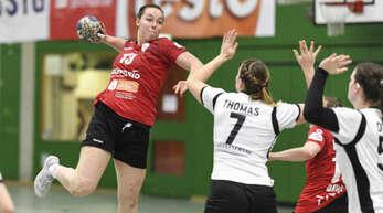 Carolin Spinner (l.) hat beim Handball-Zweitligisten Red Sparrows HSG Freiburg verlängert.