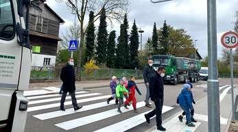 Nun haben die Fußgänger amtlich Vorfahrt: Dank des neuen Zebrastreifens in der Legelshurster Straße in Odelshofen kann die von vielen Lastwagen frequentierte Ortsdurchfahrt sicherer überquert werden.