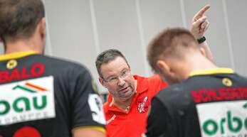 Da geht es lang. Willstätts Trainer Ole Andersen zeigt seinen Spielern den Weg, um die schwere Aufgabe in Dansenberg zu lösen.