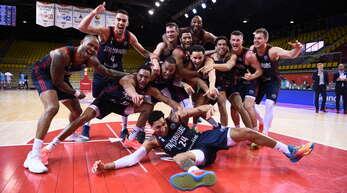 Die SIG-Profis freuen sich nach dem Sieg über Ankara über den Einzug ins Finalturnier der BCL.