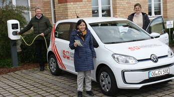 Die Sozialstation der Raumschaft Haslach erhält ein E-Auto aus dem Erlös des Weihnachtsmarkts 2019:Michael Schwendemann (von links), Angelika Spitzmüller, Katharina Moser