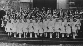Der Jahrgang 1948 der Hausacher Kommunionkinder mit Pfarrer Ernst Würth.