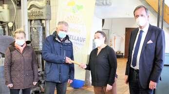 Frank Späth übergab den Staffelstab an Sylvie Mayer im Beisein von Regine C. Henschel und Oberbürgermeister Matthias Braun (rechts).
