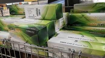 Selbsttests im Discounter: Seit Mitte März gibt es in Supermärkten, Discountern und Online-Shops eine Vielzahl an Corona-Schnelltests für den Hausgebrauch zu erwerben.
