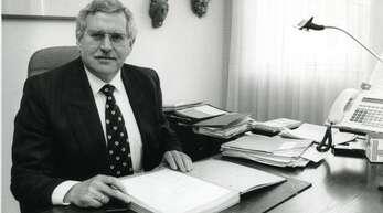Bürgermeister Hermann Löffler an seinem Schreibtisch in den 90ern.