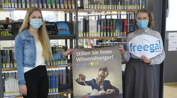 Leonie Jakob (FSJ) und Verena Schlupp (Auszubildende) machen auf die neuen digitalen Angebote der Stadtbibliothek Offenburg aufmerksam.