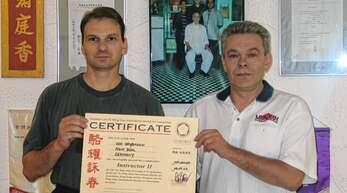 """Wing-Chun-Lehrer Udo Grossmann (links) bei der Verleihung seines Meister Grades """"Instructor II"""" durch seinen damaligen Lehrer """"SiFu"""" Wilhelm Blech."""