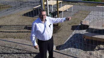Ohlsbachs Bürgermeister Bernd Bruder (59, CDU) hält wenig von schnellen Ankündigungen, die sich dann nicht erfüllen lassen. Trotz Corona ist der Bürgerpark fertig. Jetzt muss nur noch Gras wachsen.