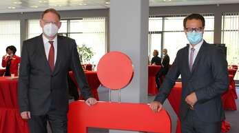 Oberbürgermeister Marco Steffens (rechts) gratulierte Helmut Becker, Vorstandsvorsitzender der Sparkasse Offenburg/Ortenau, zu seinem 60.