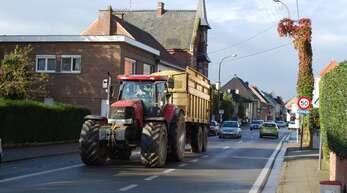 Die Landwirte in Oosterzele wollen auch in Zukunft ihre Traktoren benutzen können. Durch zu viele Bäume sehen sie das gefährdet.