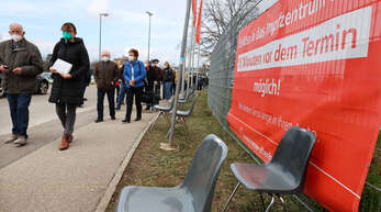 Durch einen erhöhten Beratungsbedarf kann es an Tagen, an denen in den Impfzentren wie hier in Offenburg Astrazeneca verimpft wird, etwas länger dauern, bis man an der Reihe ist.