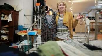 """Ingrid Kaufmann vom """"Stoff-Wechsel"""" hofft auf Kundschaft: Das Kehler Sozialkaufhaus bietet jetzt auch """"Click & Collect"""" an."""