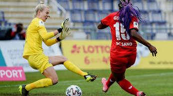 Patricia George (r.) vom SC Sand brachte in dieser Szene den Ball nicht an der Frankfurter Torfrau Merle Frohms vorbei.