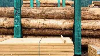 Eine starke Inlandsnachfrage und boomende Exportmärkte sorgen für eine Verknappung und damit für stark steigende Preise für Schnittholz.